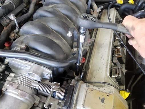 thay-the-gioang-co-hut-khi-bmw-m60-V8-5-7-8-series